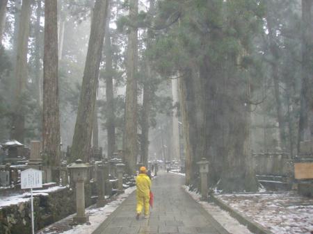 小雨に煙る奥の院
